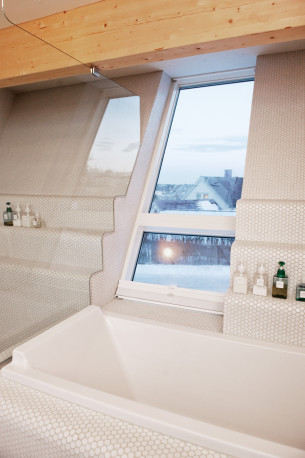 Embedded Bathtub with Tilt Mosaics Wall