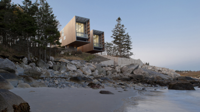 Two Hulls House / MacKay Lyons Sweetapple