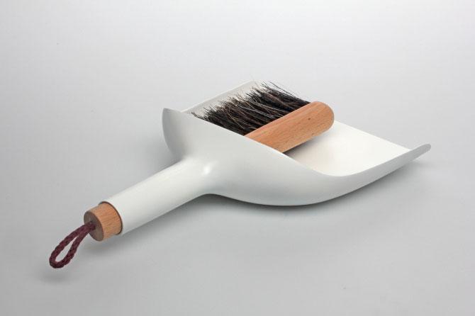Sweeper and dustpan by Jan Kochański 003
