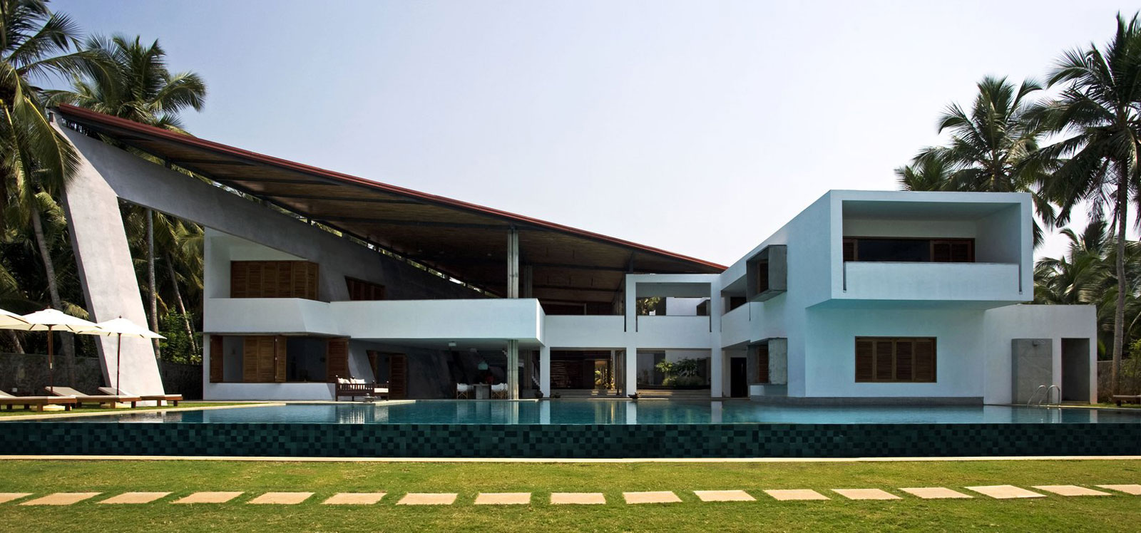 Cliff house in kerala khosla associates ideasgn for Piani di casa in stile west indian