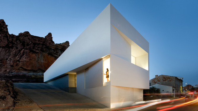 House on the slope of a castle by Fran Silvestre Arquitectos