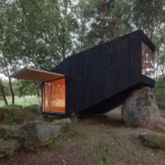 Forest Retreat leaning on boulder by Uhlik architekti 01