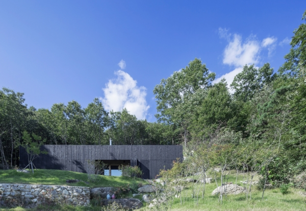 sugokri-tilt-roof-house-by-bcho-architects-3