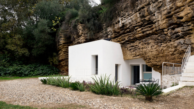 Cave House Refurbishment by UMMOestudio